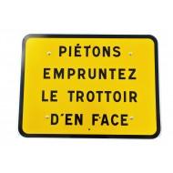 """Panneau KC1 """"Piétons empruntez le trottoir d'en face"""", classe CT1"""